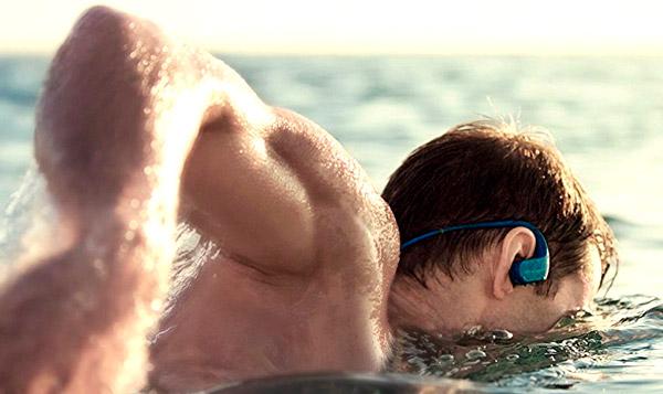 Nuotatore che indossa un lettore MP3 subacqueo